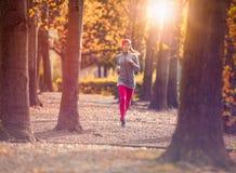 Addestramento pareggiante di allenamento della giovane bella donna caucasica Ragazza corrente di forma fisica di autunno nell'amb Immagini Stock Libere da Diritti