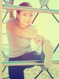 Addestramento piacevole della donna sulla spiaggia dal mare Fotografie Stock Libere da Diritti