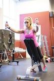 Addestramento scandinavo biondo caucasico della ragazza di forma fisica alla palestra Fotografie Stock