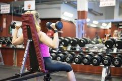 Addestramento scandinavo biondo caucasico della ragazza di forma fisica alla palestra Fotografia Stock