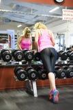 Addestramento scandinavo biondo caucasico della ragazza di forma fisica alla palestra Immagini Stock