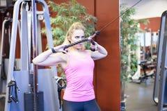 Addestramento scandinavo biondo caucasico della ragazza di forma fisica alla palestra Immagine Stock Libera da Diritti