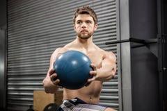 Addestramento senza camicia dell'uomo con la palla medica Immagini Stock Libere da Diritti