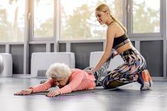 Addestramento sereno del pensionato nella palestra Fotografia Stock
