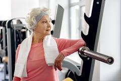Addestramento uscente del pensionato nella palestra fotografie stock