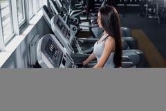 Addestrando in ginnastica Calorie dell'ustione della ragazza di forma fisica sulla pedana mobile Fotografia Stock Libera da Diritti