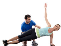 Addestratore aerobico dell'uomo che posiziona allenamento della donna Immagini Stock Libere da Diritti