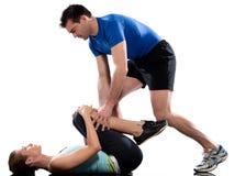 Addestratore aerobico dell'uomo che posiziona allenamento della donna Immagini Stock
