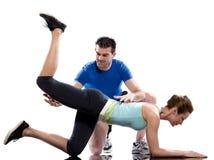 Addestratore aerobico dell'uomo che posiziona allenamento della donna Fotografie Stock