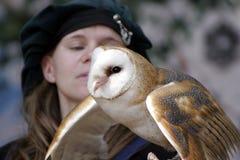 Addestratore dell'uccello che tiene un gufo di Screech orientale Fotografia Stock Libera da Diritti