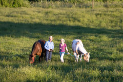 Addestratori di cavalli che sorridono - orizzontali Fotografia Stock Libera da Diritti