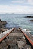 Addestri la pista nell'oceano immagine stock
