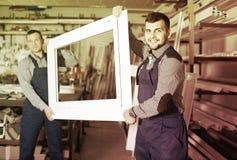 Addetti alla produzione in tuta con il PVC finito differente pro fotografie stock libere da diritti