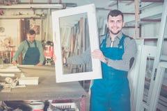 Addetti alla produzione in tuta con il PVC finito differente pro fotografia stock libera da diritti
