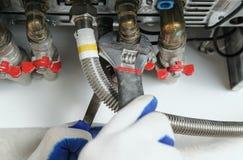 Addetti dell'idraulico per convogliare caldaia a gas immagine stock