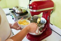 Addieren der weichen Butter Stockfotos