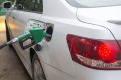 Addieren des Brennstoffs Lizenzfreie Stockfotos