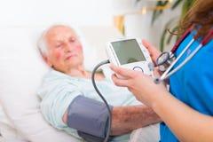 Addieren Sie Ihre Blutdruck-Daten Stockfotos