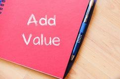 Addieren Sie Wert schreiben auf Notizbuch Lizenzfreie Stockfotos