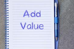 Addieren Sie Wert schreiben auf Notizbuch Stockfoto
