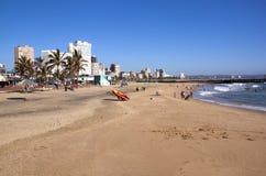 Addington-Strand gegen Stadt-Skyline in Durban Lizenzfreie Stockfotos