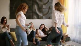 Addio al nubilato Un gruppo di sei ragazze attraenti sta divertendo Due ragazze stanno ballando nella follia Abbigliamento casual archivi video