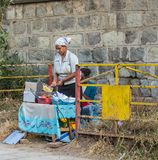 Addis Ababa, Äthiopien am 30. Januar 2014 Afrikanerin, die PO brät Stockbild