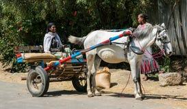 Addis Ababa, Äthiopien am 30. Januar 2014 Afrikanerin, die a reitet Lizenzfreies Stockfoto