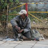 Addis Ababa, Äthiopien am 30. Januar 2014 behinderter alter Mann mit a Stockbild