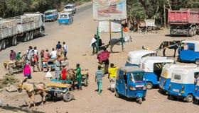 Addis Ababa, Äthiopien, am 30. Januar 2014, Eselskarren und Taxis Stockfotografie