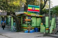 Addis Ababa, Äthiopien am 30. Januar 2014 kleines grünes Lebensmittelgeschäft sto Stockfotografie