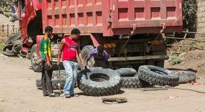 Addis Ababa, Äthiopien am 30. Januar 2014 Mann, der ein LKW-TIR anhebt Stockfotografie