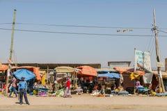 Addis Ababa, Äthiopien am 30. Januar 2014 verkehrsreiche Straße mit einer Reihe Lizenzfreie Stockbilder