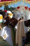 Addis Ababa, Ethiopië: Priesters die een kruis dragen tijdens de viering van Epiphany Timkat royalty-vrije stock fotografie
