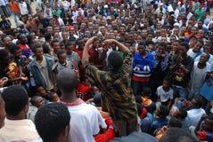 Addis Ababa, Etiopía: Muchedumbre que sigue a un cómico de la calle fotografía de archivo