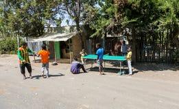 Addis Ababa, Etiopia, Styczeń 30, 2014, grupa nastolatkowie bawić się zdjęcie stock