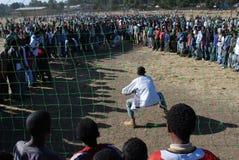 Addis Ababa Etiopien: Folkmassa som följer en straffkik som slå vad leken royaltyfri fotografi