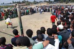 Addis Ababa Etiopien: Folkmassa som följer en straffkik som slå vad leken arkivbilder