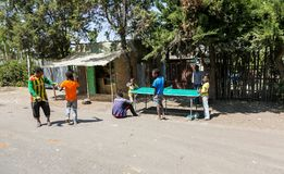 Addis Ababa Etiopien, Januari 30, 2014, grupp av tonåringar spelar arkivfoto