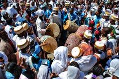 Addis Ababa Etiopien, 19th Januari 2007: ung kör som sjunger böner under Epiphanyberömmar royaltyfri foto