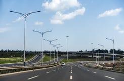 Addis Ababa Highway rodeó por los árboles y las montañas verdes - Etiopía Fotos de archivo libres de regalías
