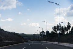 Addis Ababa Highway rodeó por los árboles y las montañas verdes - Etiopía Imágenes de archivo libres de regalías