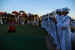 Addis Ababa le 19 janvier 2008 : Filles de choeur se tenant devant des prêtres photos stock