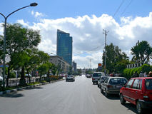 ADDIS ABEBA, ETHIOPIË - NOVEMBER 25, 2008: De stad in. Stedelijke weg Stock Foto's