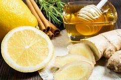 Additifs utiles au th? et aux boissons : miel, citron, gingembre et cannelle photographie stock libre de droits