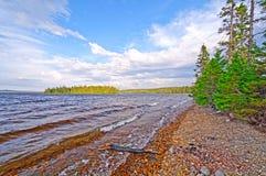 Addolcisca le onde su un lago wilderness Immagini Stock Libere da Diritti