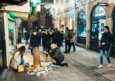 Addolorandosi nella gente di Strasburgo che rende omaggio alle vittime di Terro immagine stock libera da diritti