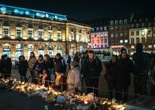 Addolorandosi nella gente di Strasburgo che rende omaggio alle vittime di Terro fotografia stock