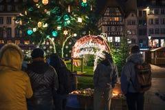 Addolorandosi nella gente di Strasburgo che rende omaggio alle vittime di Terro immagini stock