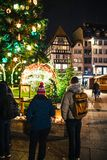 Addolorandosi nella gente di Strasburgo che rende omaggio alle vittime di Terro fotografia stock libera da diritti